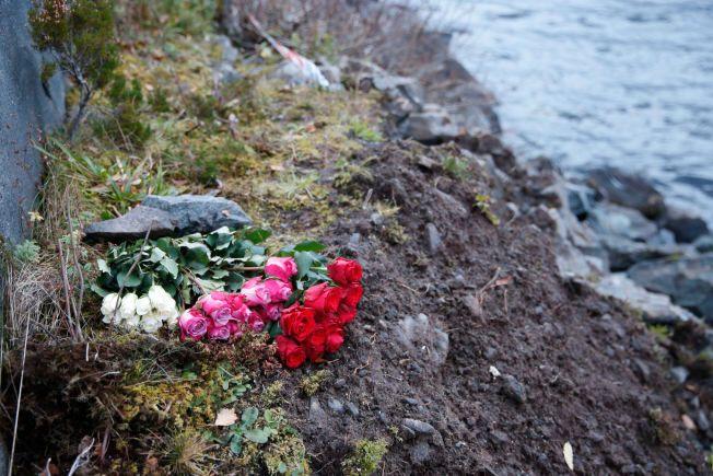 MINTES DE DØDE: Det ble lagt ned blomster der en 19 år gammel gutt og en 18 år gammel jente omkom onsdag.