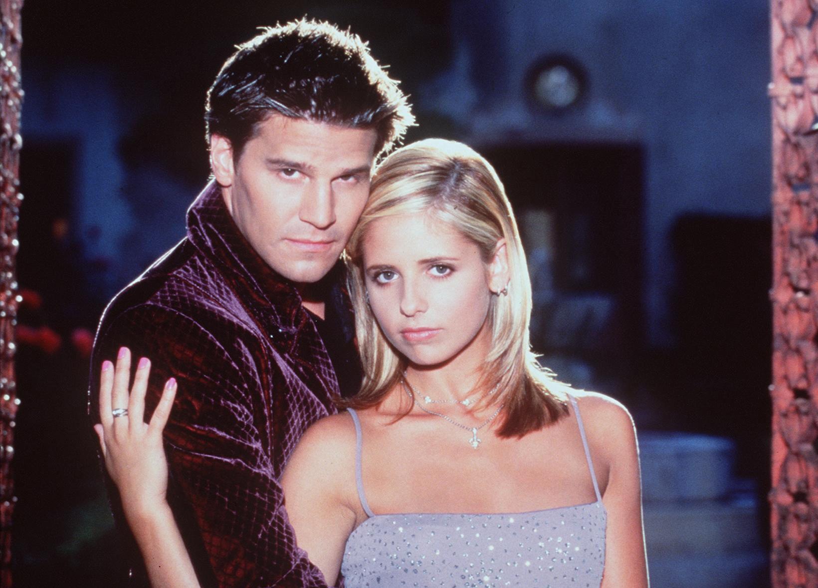 TILBAKE: Buffy Summers (opprinnelig spilt av Sarah Michelle Gellar) er en ung jente som får et kall til å bekjempe ondskap. Hun forelsker seg i vampyren Angel (David Boreanaz). Nå kommer serien tilbake, med nye skuespillere.
