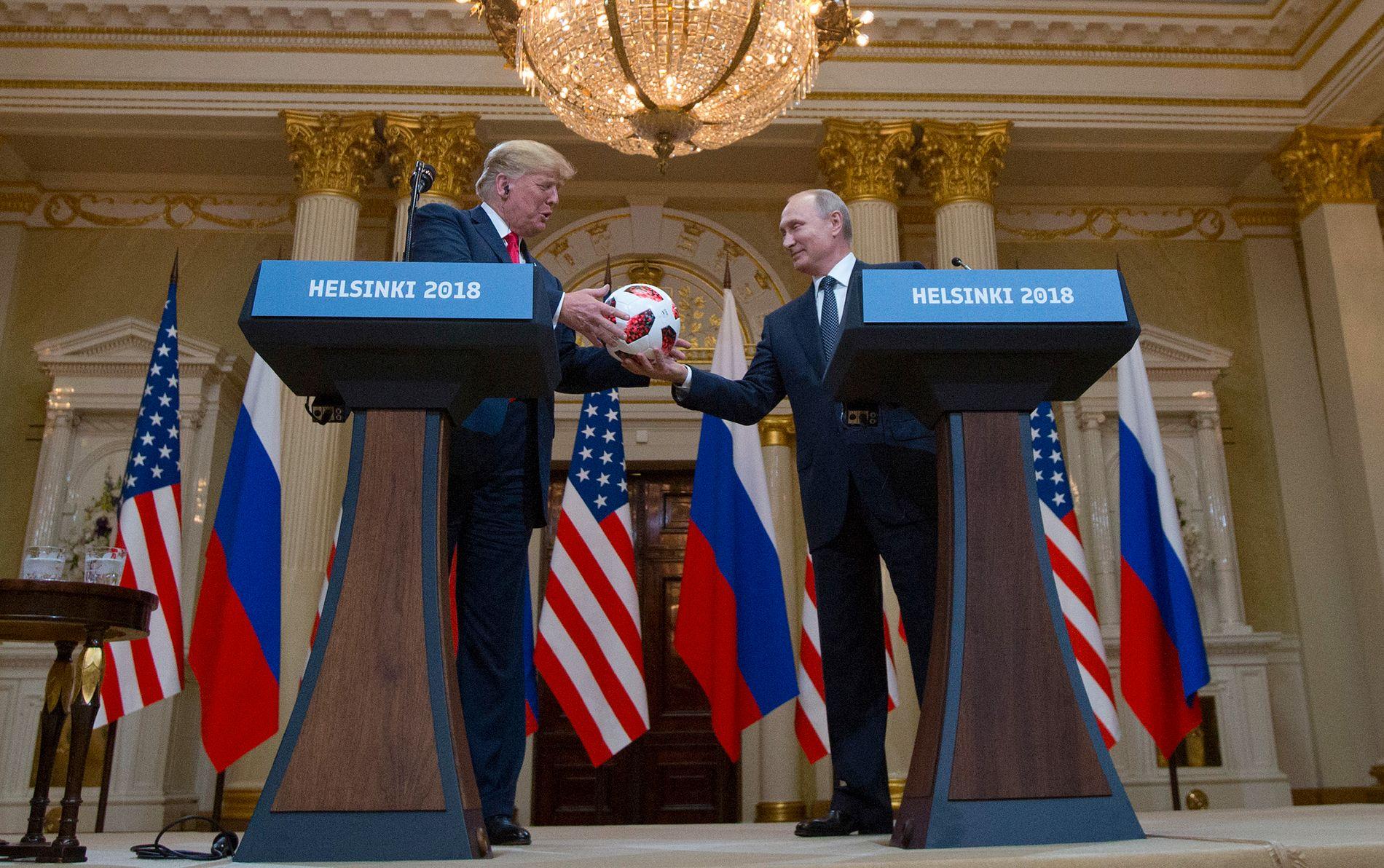 Bare gode venner?  USAs president Donald Trump og   Russlands president Vladimir Putin utveksler gaver og elskverdigheter i Helsingfors i uken som gikk.