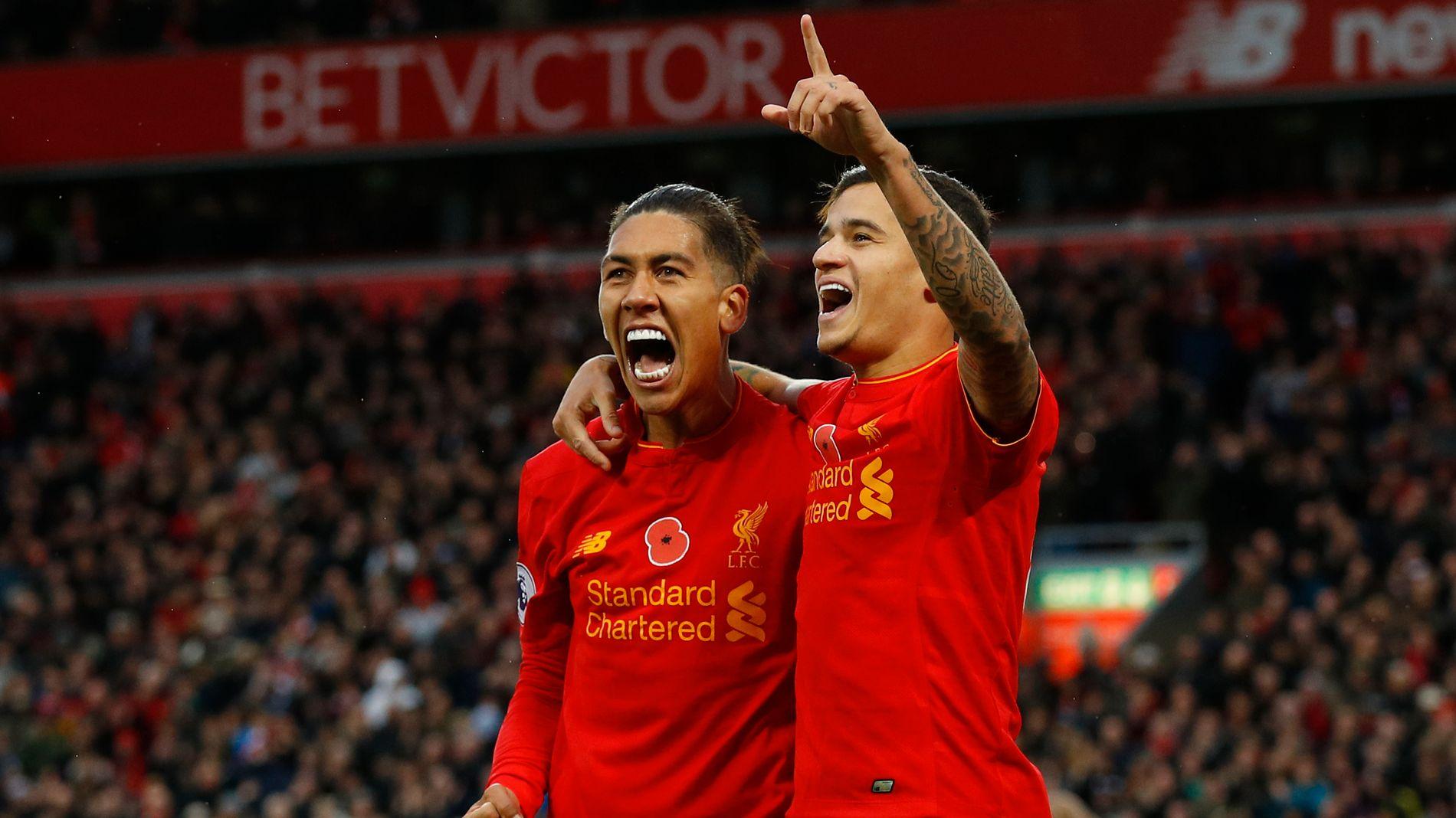 KAN GLISE: Roberto Firmino og Philippe Coutinho smiler etter 4-0-scoringen til førstnevnte. De to har vært sentrale i mange av Liverpools 29 scoringen så langt denne sesongen.