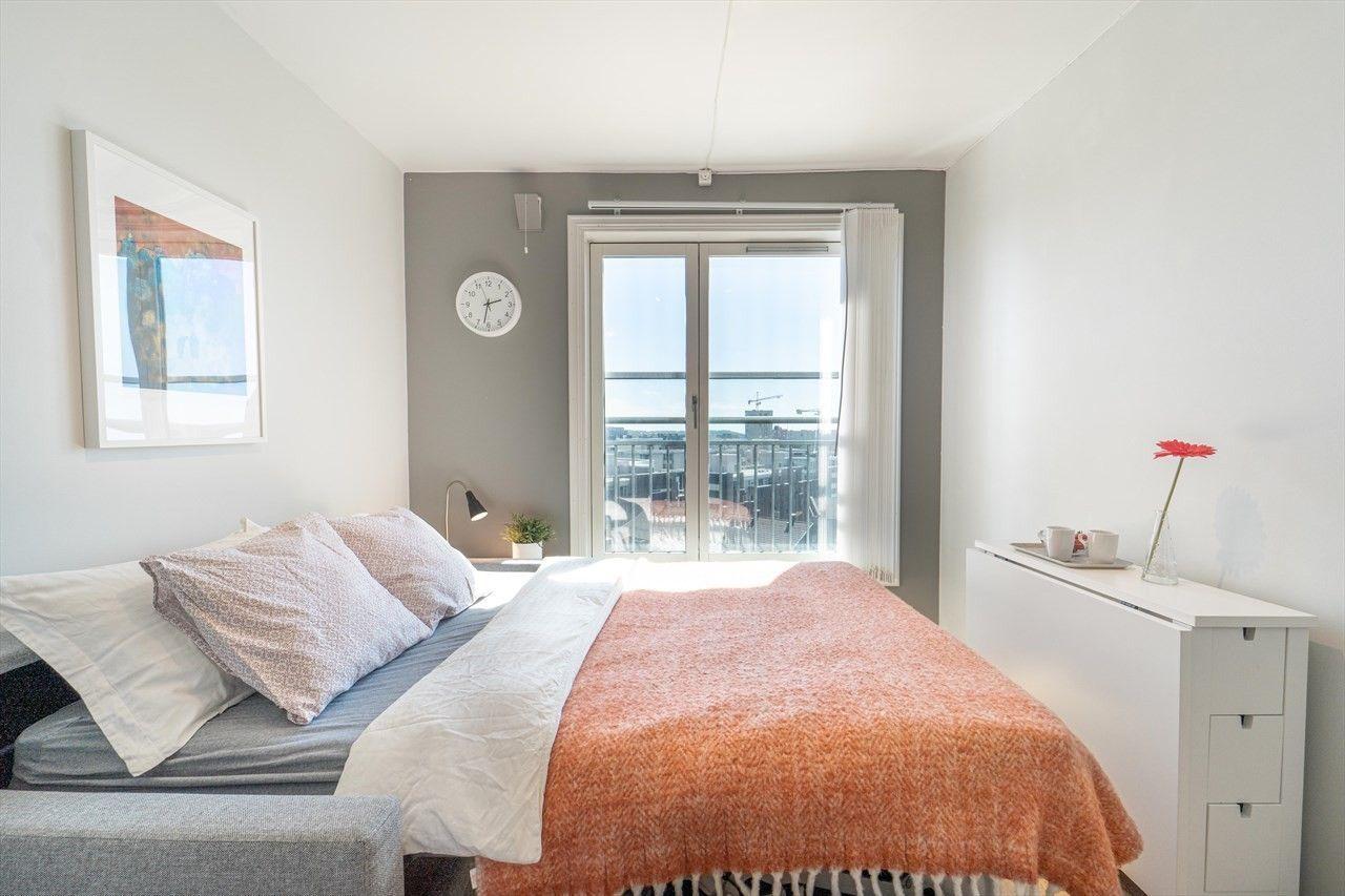 SOVESOFA: Her er rommet avbildet som soverom med utslått seng.