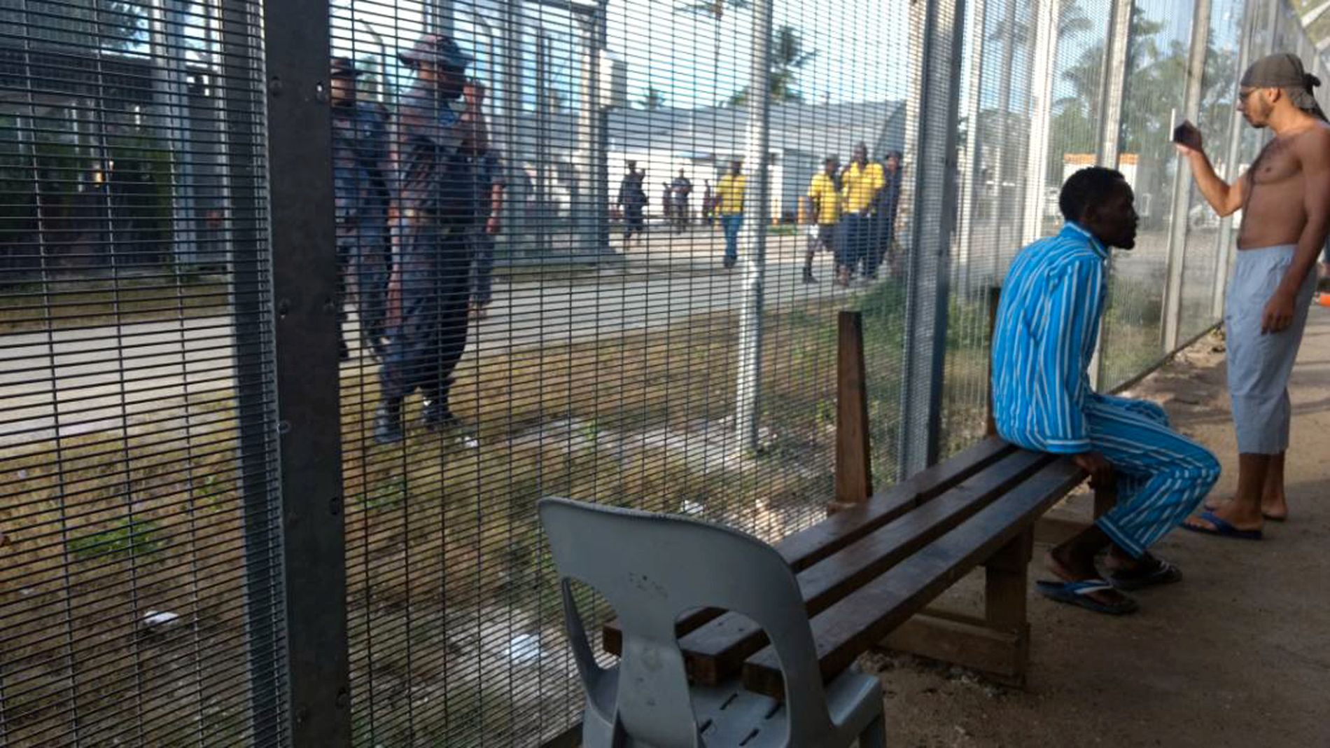 GIKK HARDT FREM: Politiet i Manus-leiren torsdag. Nå anklages de for vold mot asylsøkerne under flyttingen.
