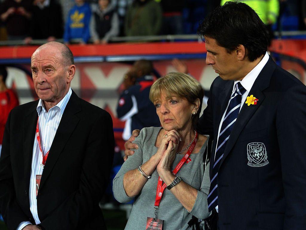 EMOSJONELT: 29. februar 2012 ble Gary Speed hedret i forbindelse med Wales' kamp mot Costa Rica. Her holder Speeds etterfølger som landslagssjef, Chris Coleman, rundt hans mor Carol. Til venstre er pappa Roger. Foto: AFP