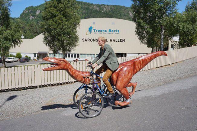 TIL SALGS : Coelophysisen vekket oppsikt da den ble tatt med på sykkeltur. Nå kan den populære dinosaursykkelen bli din.