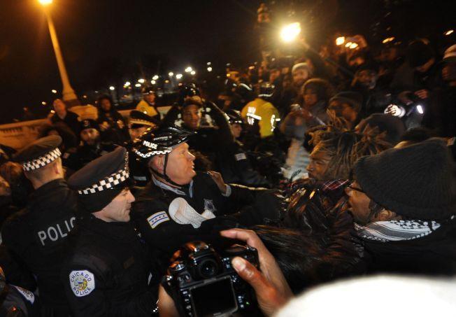 FORDØMMER DRAPET: Hundrevis av mennesker møtte natt til onsdag opp for å demonstrere i Chicago.