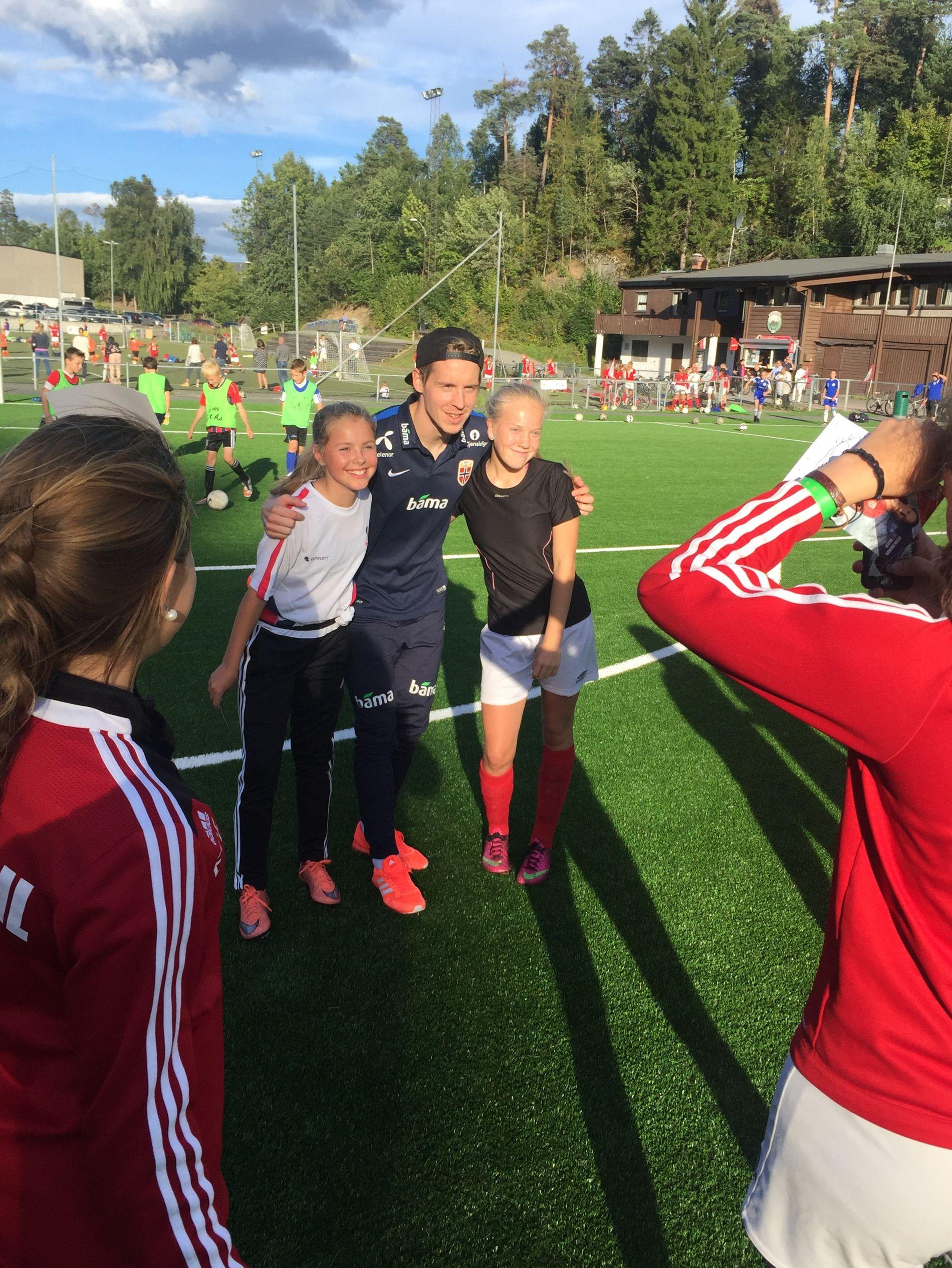 I SENTRUM: Stefan Johansen var populær hos jentene på Haslum i Bærum torsdag kveld.