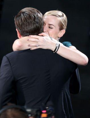 HJERTELIG: DiCaprio fikk varm klem av Winslet etter seieren.