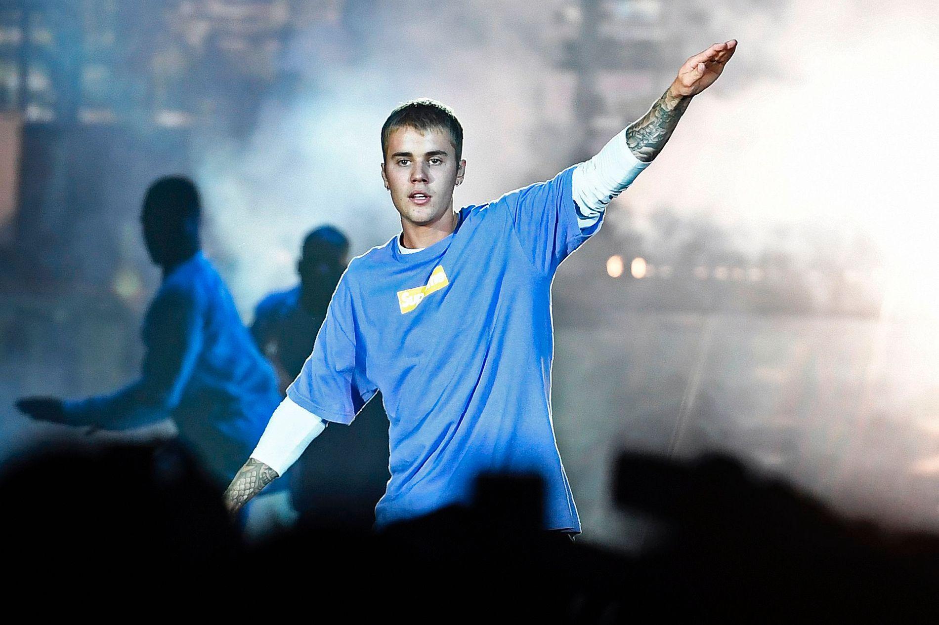 ÅPNER OPP: Justin Bieber - her under en konsert i Paris i september i fjor.