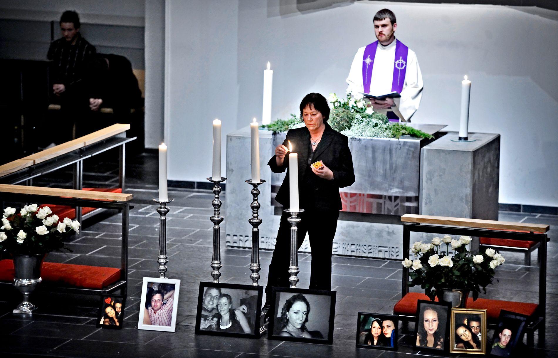 MINNEGUDSTJENESTEN: Fire lys blir tent i Herøy kirke. Ett for hver av de omkomne.