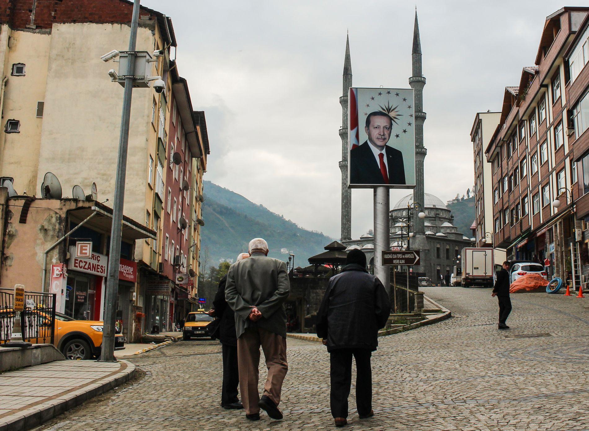 GODT SYNLIG: Plakater av president Recep Tayyip Erdogan henger mange steder i fjellbyen Guneysu, der presidentens slekt kommer fra.