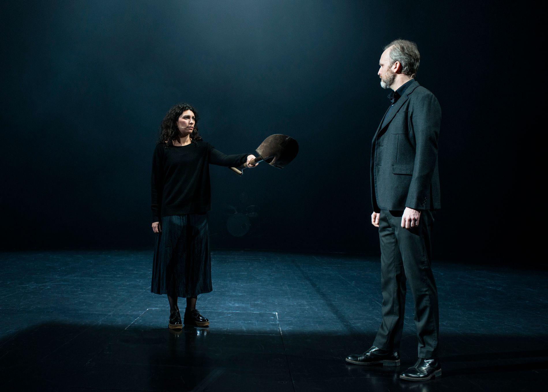 PREMIERE I KVELD:  Antigone (Sara Khorami) forteller Kreon at det er hun som har jordfesta liket til broren hennes.