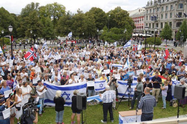 STORT OPPMØTE: Mellom 300 og 400 personer deltok i støttemarkeringen organisasjonen Med Israel for fred (MIFF) holdt utenfor Stortinget i Oslo søndag ettermiddag. Foto: Audun Braastad / NTB scanpix