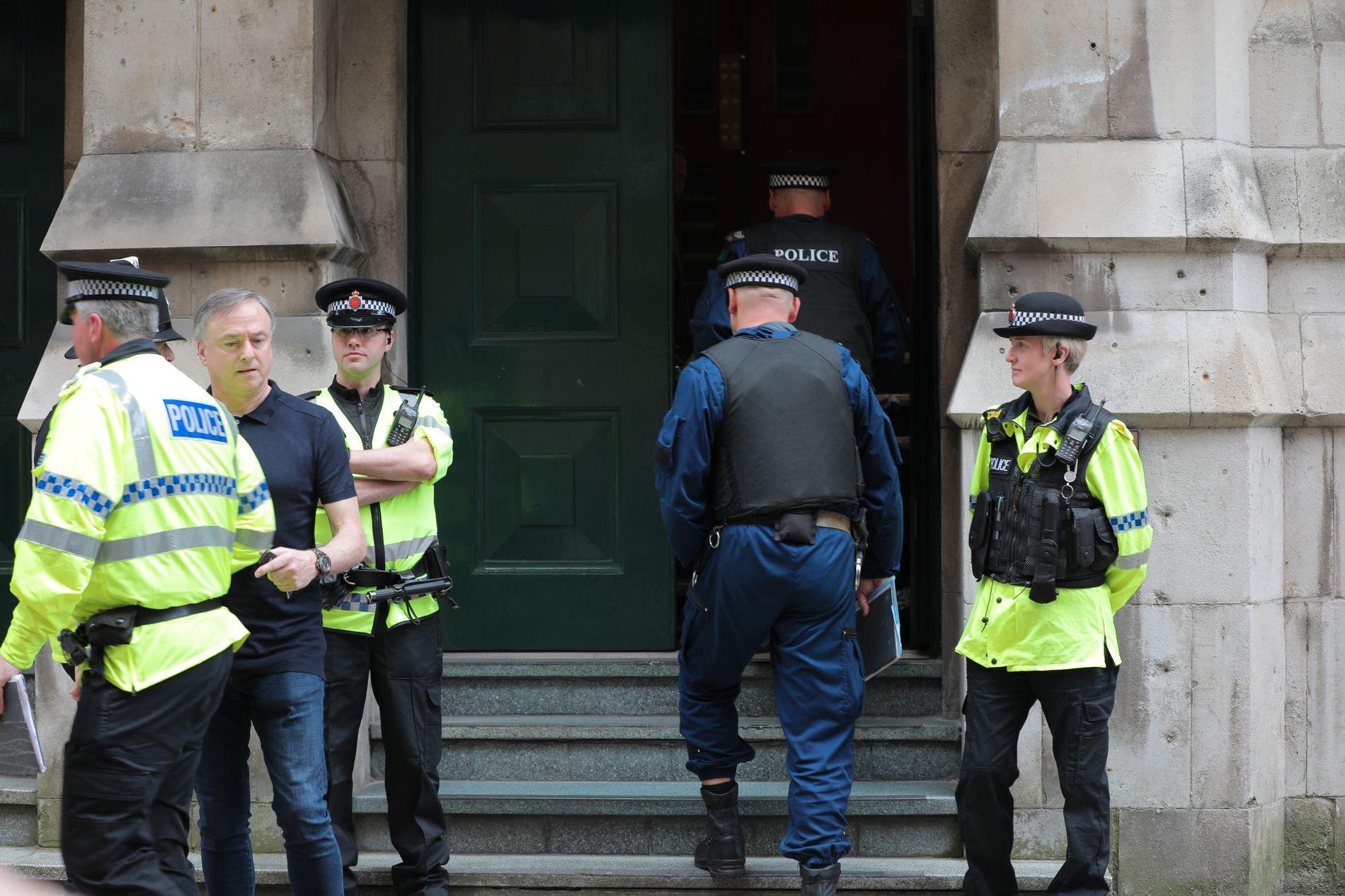 SLO TIL MOT LEILIGHET: Politiet gikk i dag inn i dette bygget på Granby Row og slo ned døren til en leilighet.
