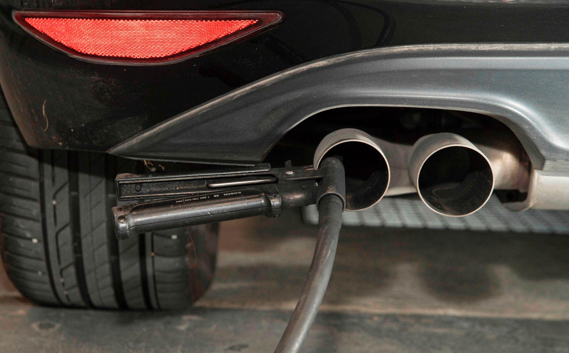 BAKSMELL: Flere biler fra Volkswagen har fått problemer med rensesystemet etter diesel-utbedringen, ifølge NAF. – Disse reparasjonen kan være kostbare, og er ikke noe bileierne skal stå for, mener NAF. Bildet viser avgasstesting av en toliters VW Golf hos et teknisk senter i Ludwigsburg i Tyskland.