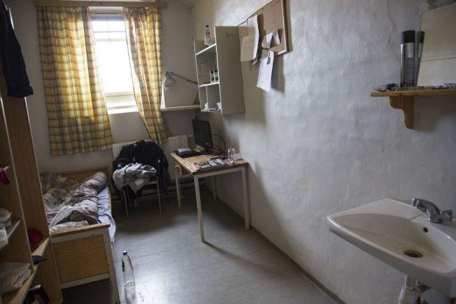 FENGSELSCELLE I OSLO: En ordinær fengselscelle i Oslo fengsel, uten do og dusj. Betjentene må følge hver enkelt innsatt på bad og toalett flere ganger i døgnet.