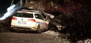 Politibilen kjørte rett inn i siden på bilen, etter at den jagede bilen selv hadde havnet i grøfta.