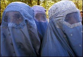 Må kaste burkaen i passkontrollen