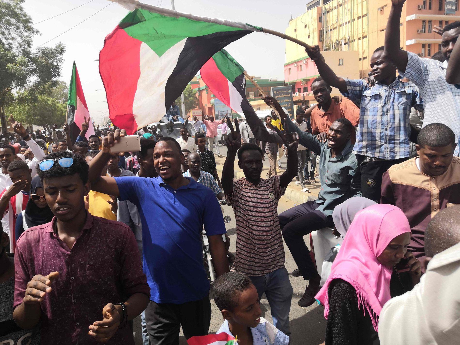 PROTESTER: Selv om situasjonen er uavklart, har demonstranter og sivile tatt til gatene i hovedstaden Khartoum for å bejuble et mulig militærkupp i landet.