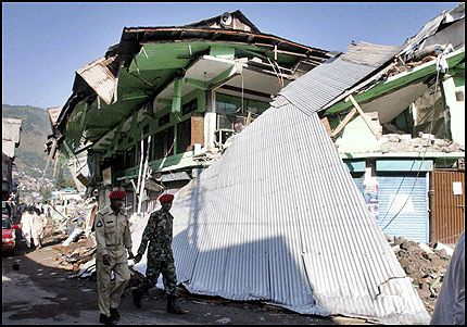 - DØDENS BY: - Det ser ut som dødens by, sier en Reuters-journalist som er på plass i Muzaffarabad i Kashmir. Foto: Reuters