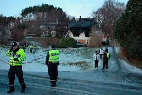 ÅSTED: Politiet jobber på stedet etter brannen.