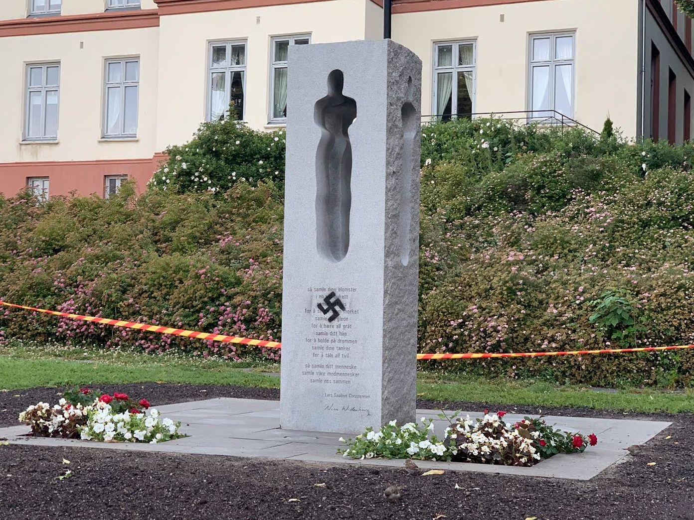 HAKEKORS: Mandag morgen var det tagget et hakekors på 22. juli-minnesmerket i Tønsberg.