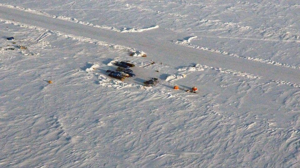 MIDLERTIDIG: Rullebanen ved leiren Barneo i Arktis opprettes hvert år. Turistsesongen varer bare et par uker.