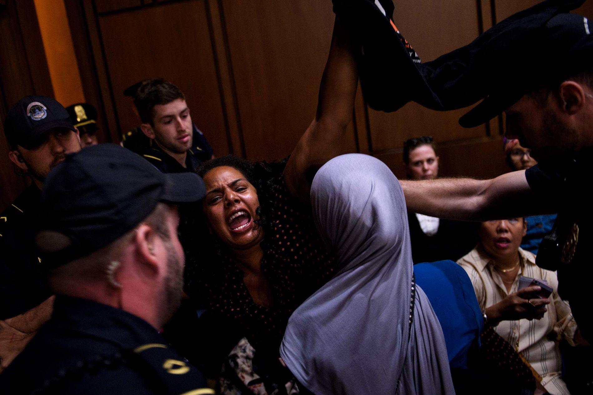 RASERI: 22 demonstranter ble arrestert da Senatets justiskomité holdt sin første høring i forbindelse med nominasjonen av Brett Kavanaugh.
