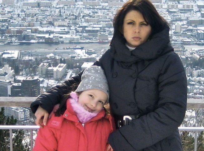 STORSTILT OPPVASK: Her er Monika sammen med mamma Kristina Sviglinskaja på Fløien i Bergen. Monika ble kvalt og drept 14. november 2011.