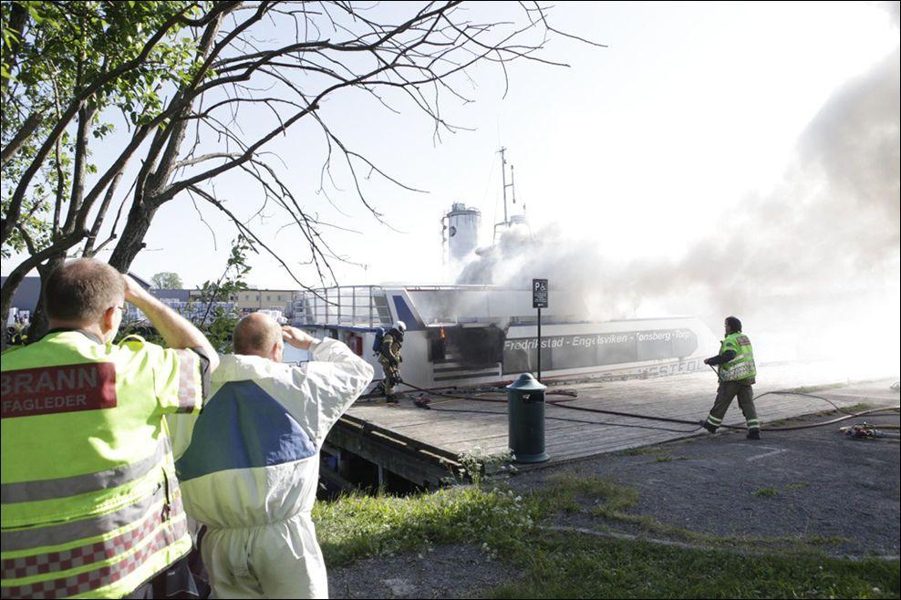KRAFTIG RØYKUTVIKLING: Hurtigbåten «Flybåten» stod i full fyr ved kanalbrua i Tønsberg fredag morgen. Foto: PEDER GJERSØE