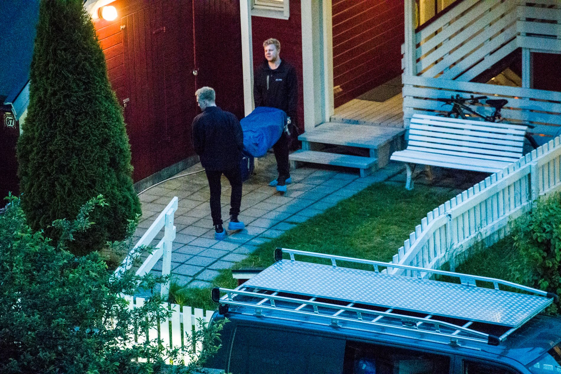 KNIVDREPT: Den 54 år gamle mannen ble funnet død i boligen sin på Hellerud i Oslo. Her henter byråvakten drapsofferet.