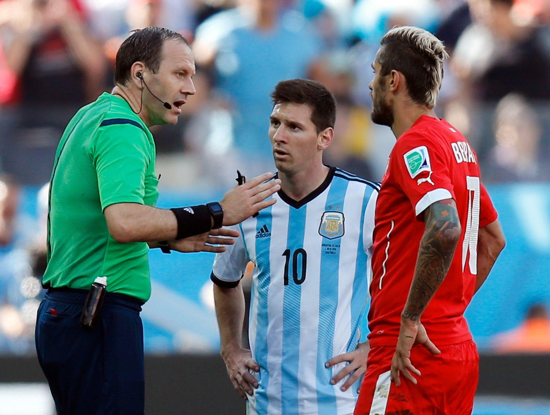 MESSI-ORD: Jonas Eriksson i aksjon under åttedelsfinalen mellom Sveits og Argentina i forrige VM. Her må han snakke til Lionel Messi og Valon Behrami (t.h.).