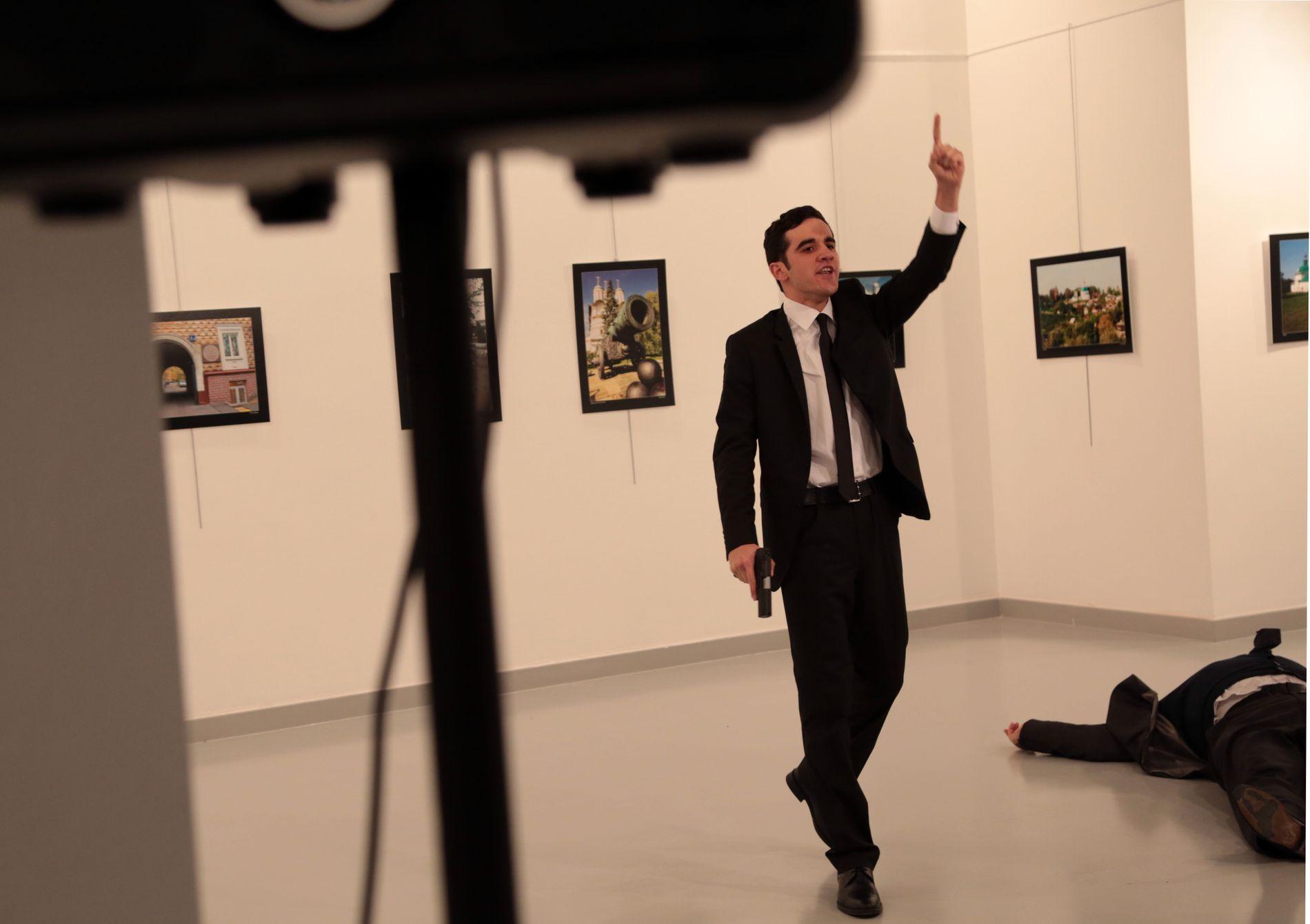 SKUTT: På gulvet ligger ifølge nyhetsbyrået AP den russiske ambassadøren Andrej Karlov. Mannen med pistolen er skytteren, melder flere medier.