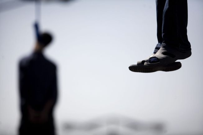 HENRETTET: To iranske menn henger hengt fra en kran i hovedstaden Teheran den 2. august 2007. Iran har over lengre tid vært i verdenstoppen når det gjelder henrettelser.