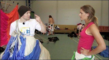 EKSPERTHJELP: Jenny Skavlan får hjelp av Aksel Hennie, som er en erfaren fallskjermhopper. Foto: MAX