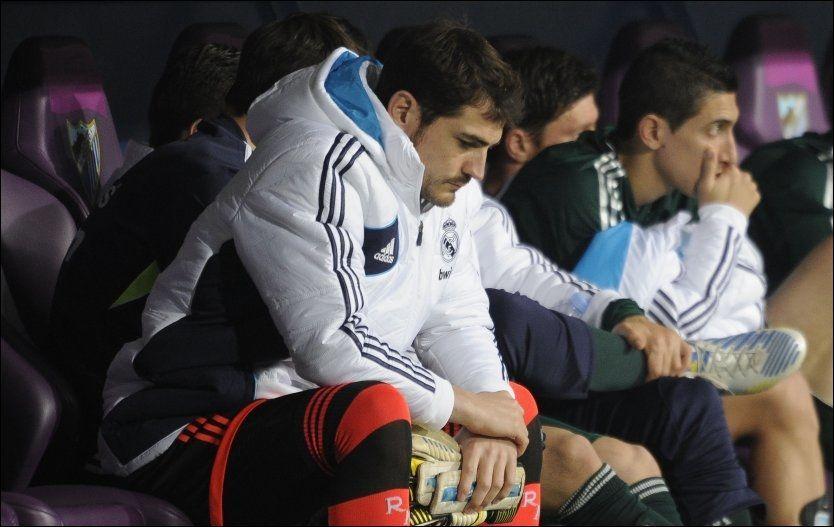 UVANT: Iker Casillas var for første gang på ti år henvist til innbytterbenken da Real Madrid møtte Málaga lørdag. Det likte keeperikonet dårlig, men nå konsentrerer han seg om å vinne tilbake plassen. Foto: AFP PHOTO / PEDRO ARMESTRE