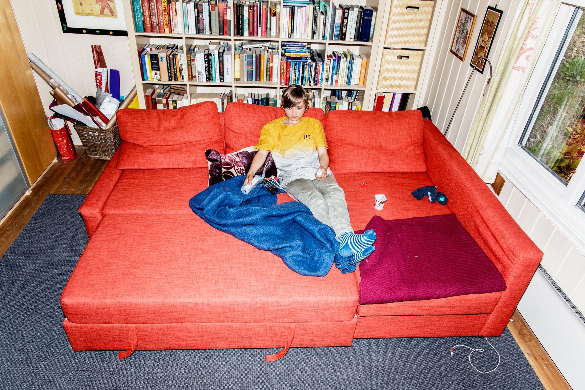 BARNEKOS: Tiden går fort når Alexander slenger seg ned i spillsofaen på «gjesterommet».