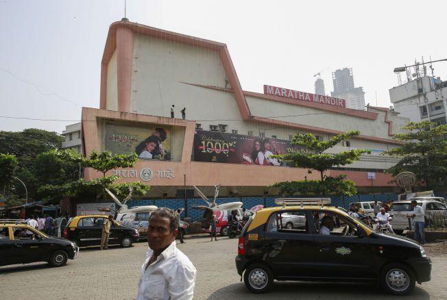 KJENTE PRESSET: Maratha Mandir-kinoen i Mumbai fikk overveldende respons da de annonserte at «Dilwale Dulhania Le Jayenge» ikke skulle vises lenger. Etter noen få dagers pause kommer filmen tilbake igjen.