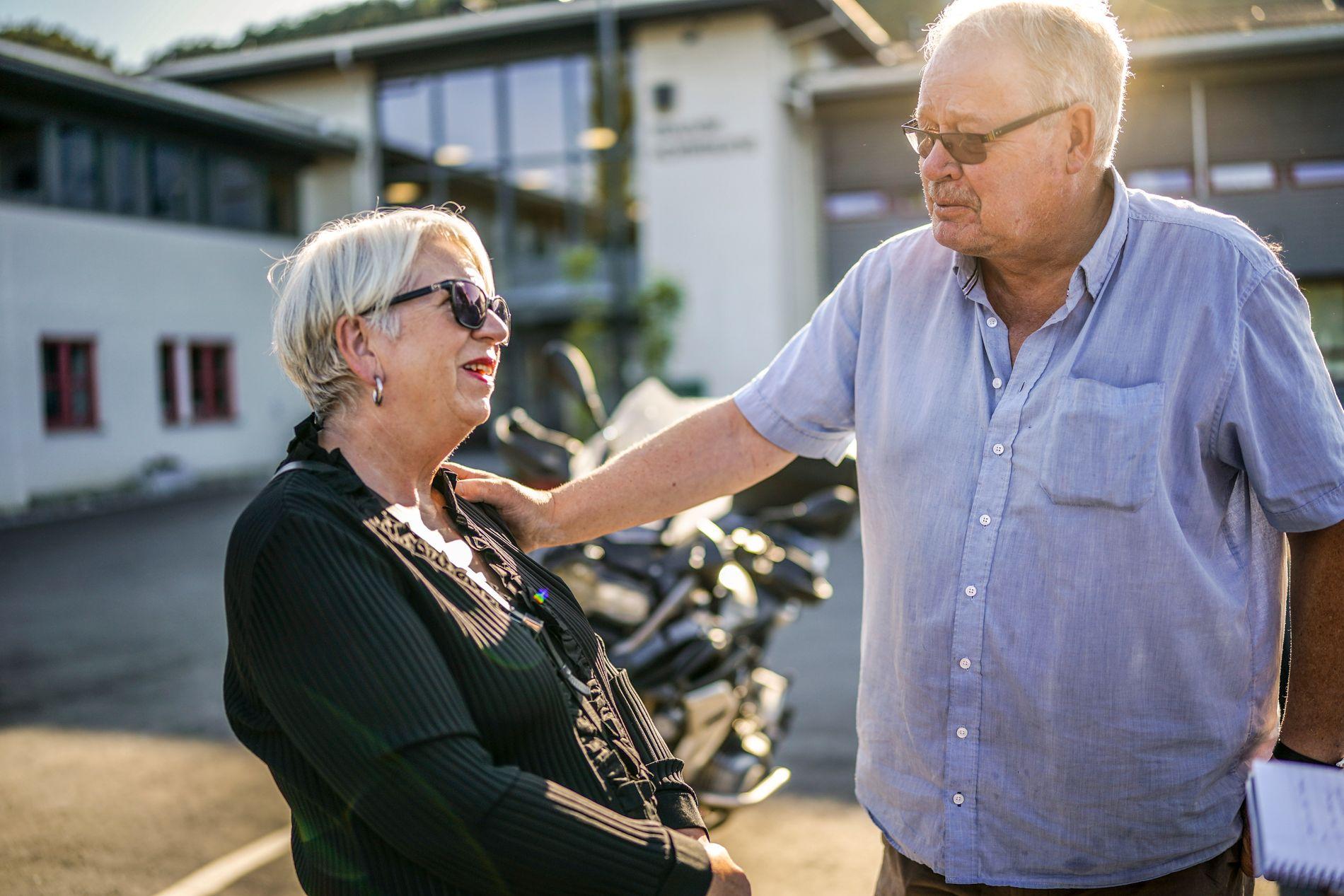 LOKALPOLITIKERE: Randi Eikevik i partiet Fokus Malvik og Per Wallseth fra pensjonistpartiet er på vei inn til et politikermøte i Malvik rådhus i kjølvannet av ordførerens dødsfall.