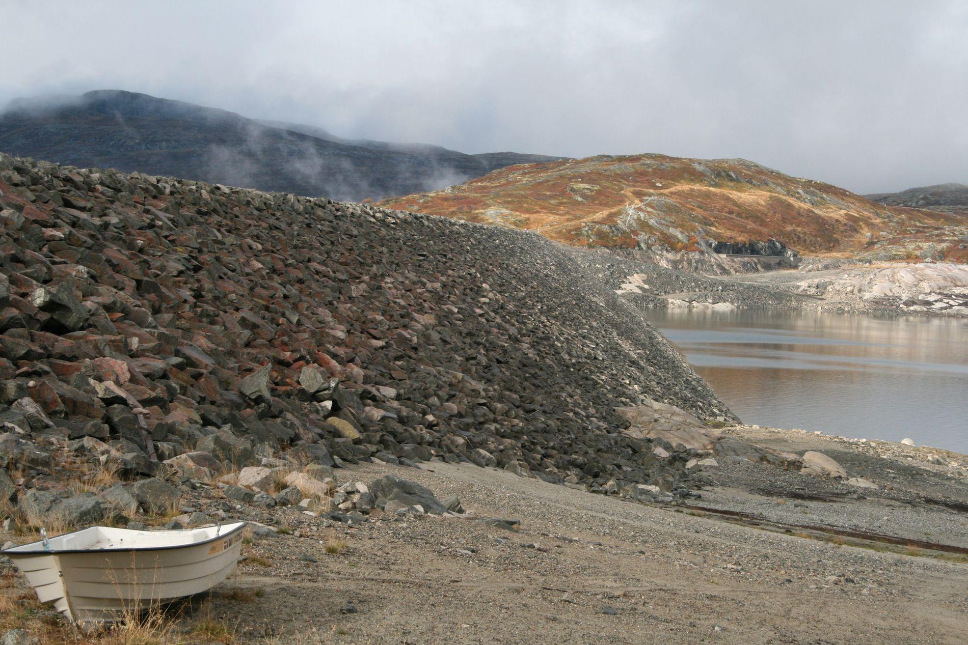 TØRKEÅR: Sysedammen i Eidjord, som er vannreservoar for Statkraft, har lav vannstand i år.