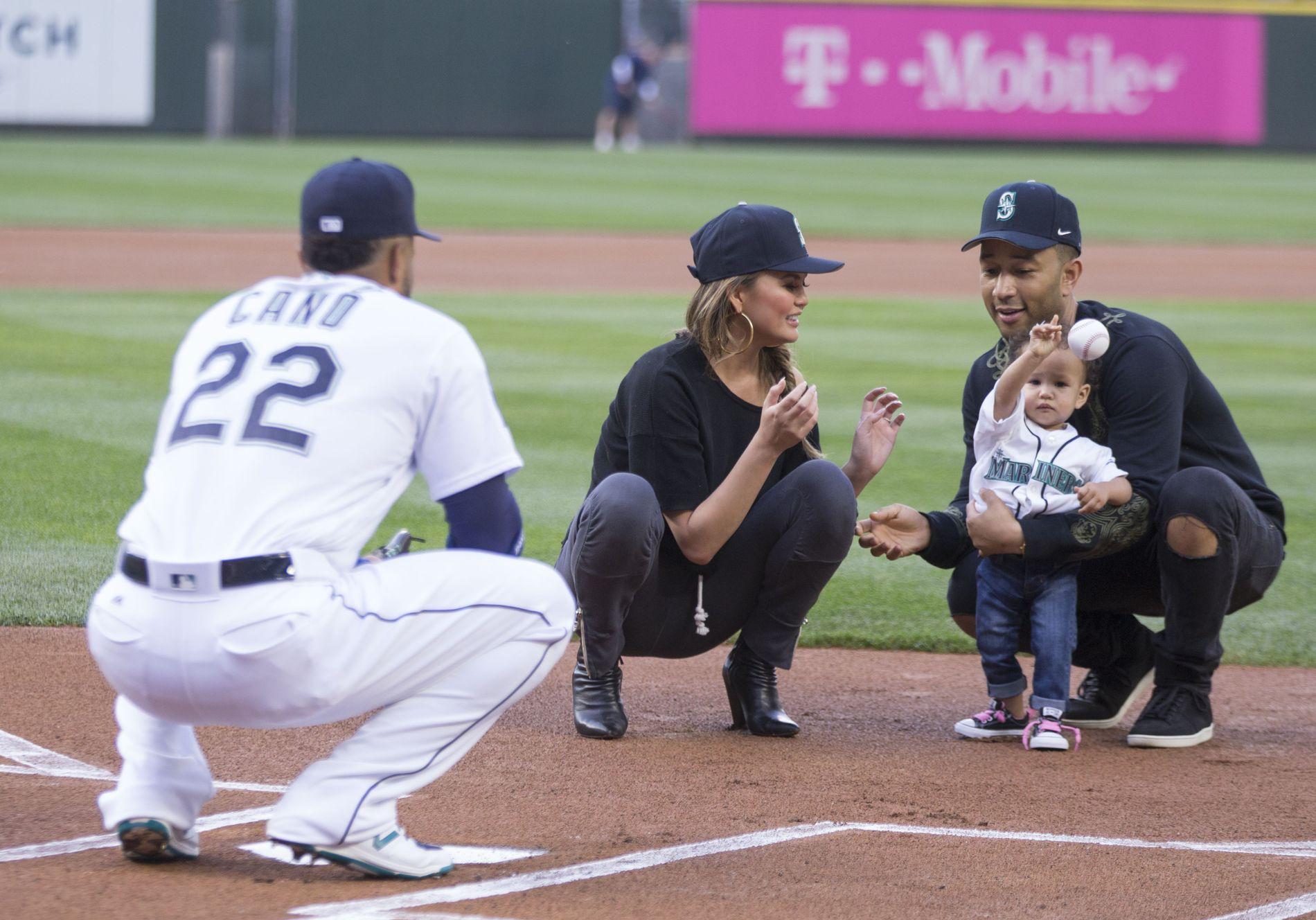 SPORTSFAN: John Legend på baseball-banen sammen med kona Chrissy Teigen og datteren Luna i Seattle i juni.