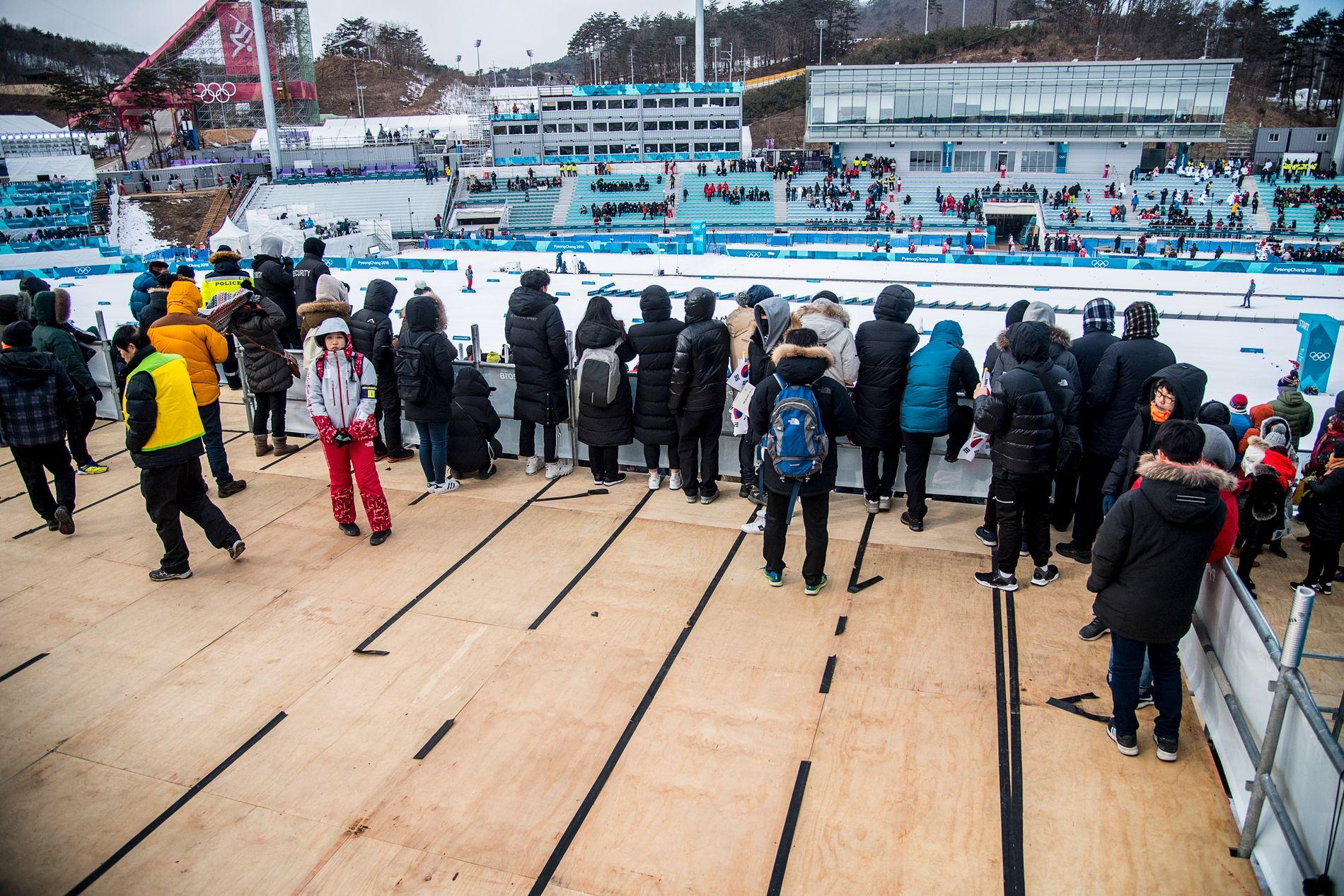 GLISSENT: Slik så det ut «bak kulissene» under herrenes 30 kilometer på søndag. Her fra en av tribunene inne på selve stadion.