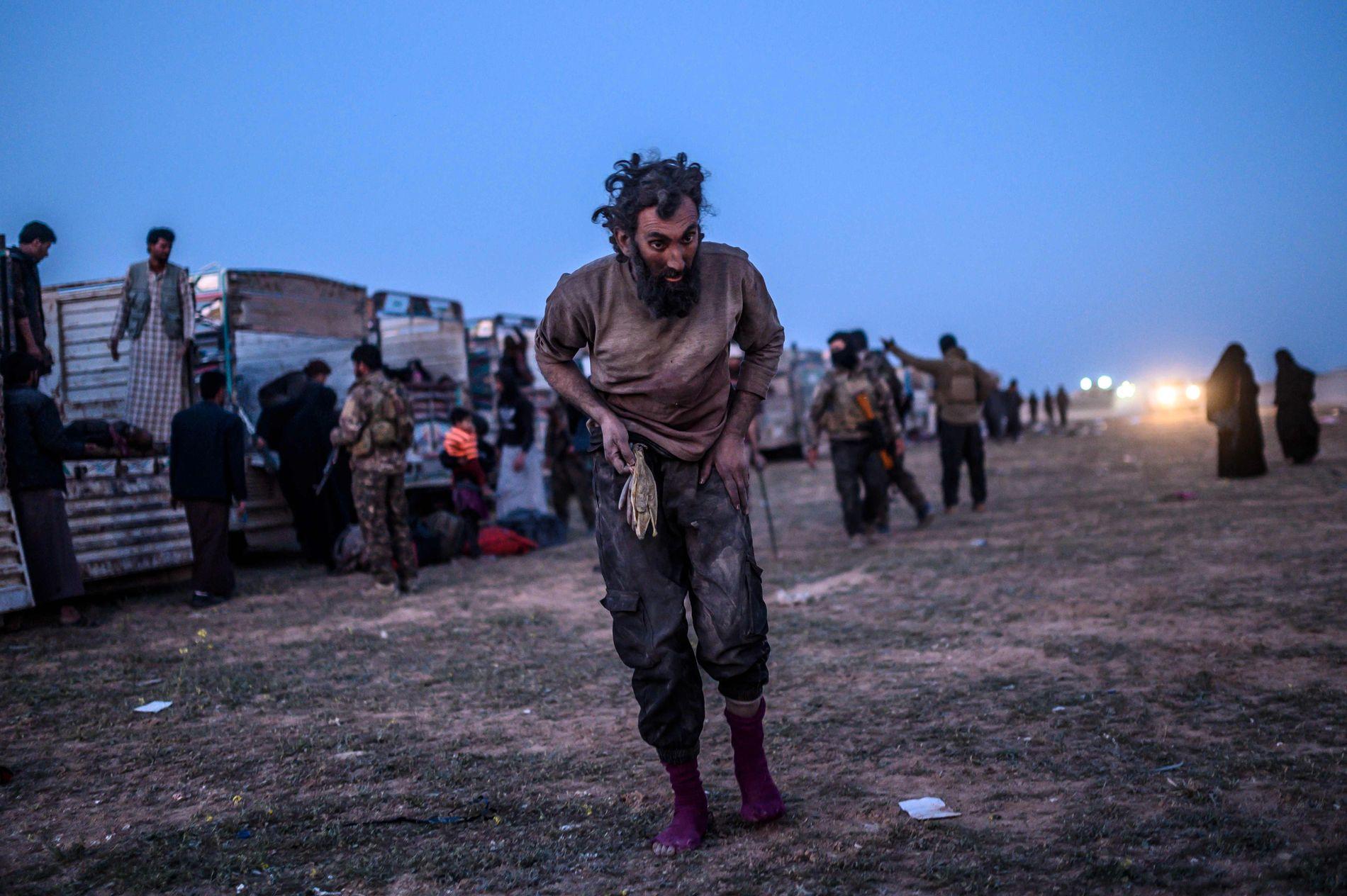 OVERGIR SEG: En antatt IS-kriger rett ved en konvoi som forberedes for å frakte vekk både krigere og sivile fra siste rest av terrorkalifatet Den islamske staten (IS).