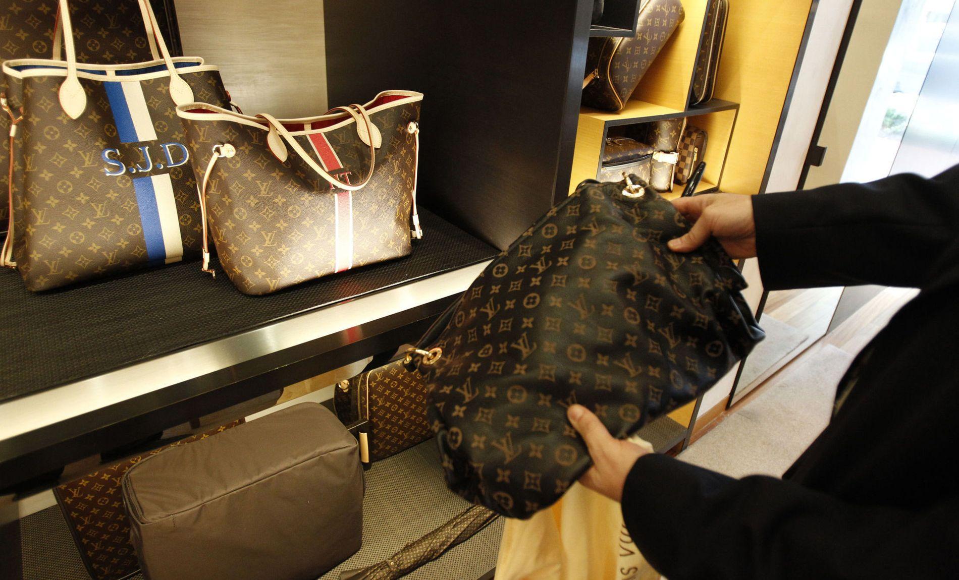 FAKE VS. EKTE: Her holdes en «fake» eller uekte Louis Vuitton-veske kjøpt fra en kinesisk nettside opp mot den ekte vare. Finn.no sliter med å få stanset salget av uekte varer.