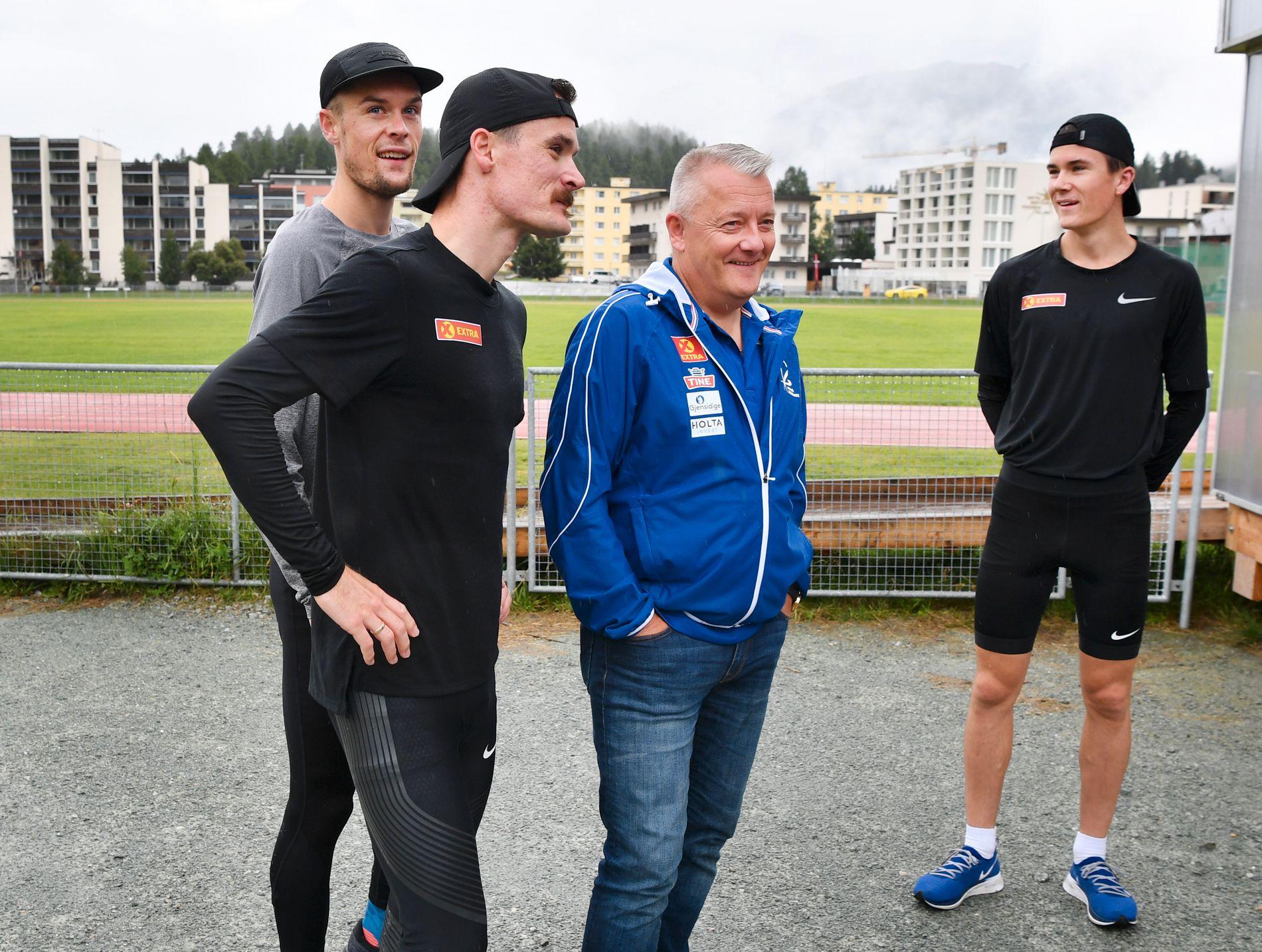 IKKE TEAM LENGER: Henrik Ingebrigtsen var sammen med brødrene Filip og Jakob og trenerpappa Gjert i St. Moritz for to uker siden. Nå har han endret VM-planen på grunn av sin kroniske hofteskade.