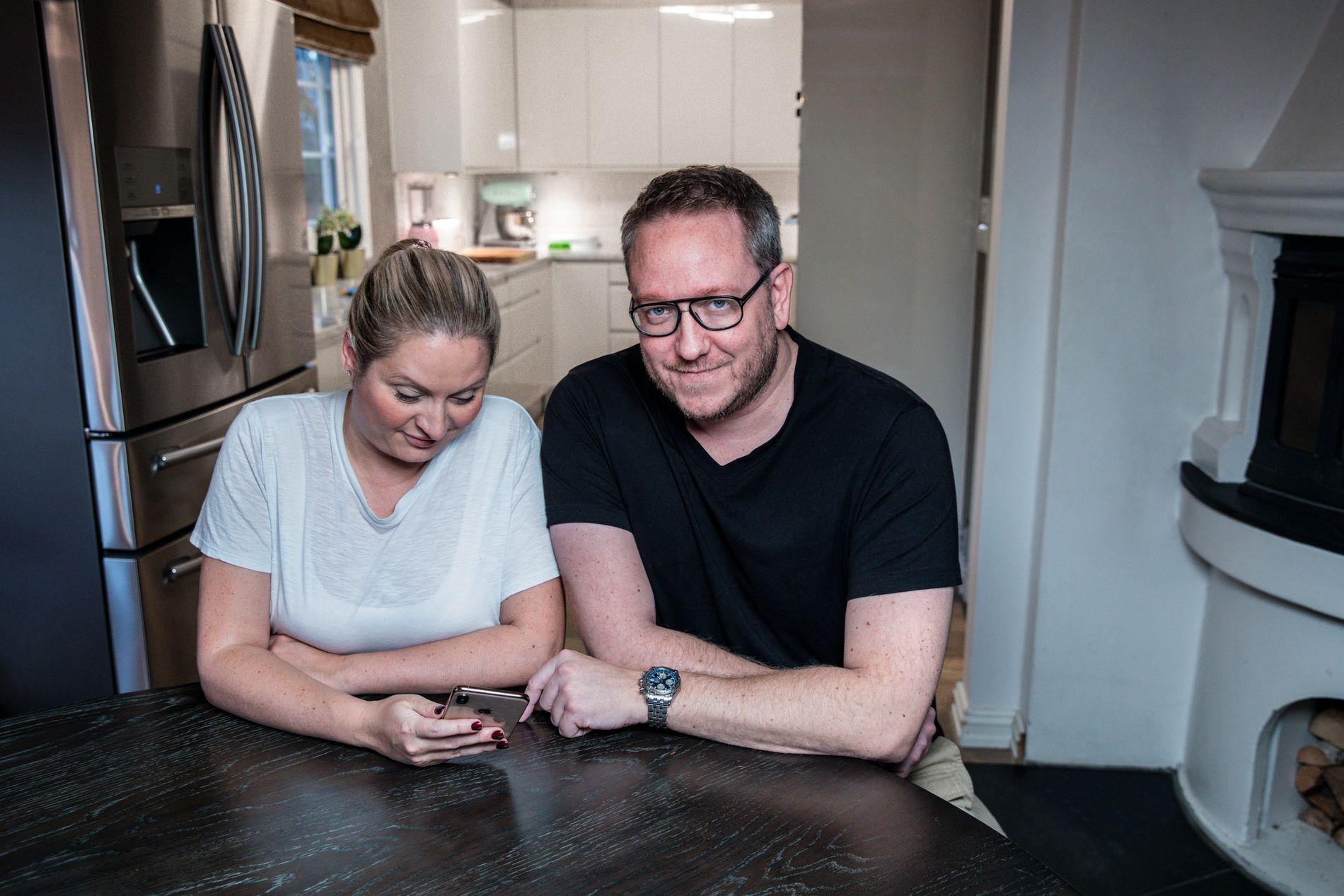 POSITIVE TIL KUPP: Erland Bakke og Sabrina Østlie kommer til å fortsette med å bruke appen for å oppdage gode tilbud og lage handlelister.