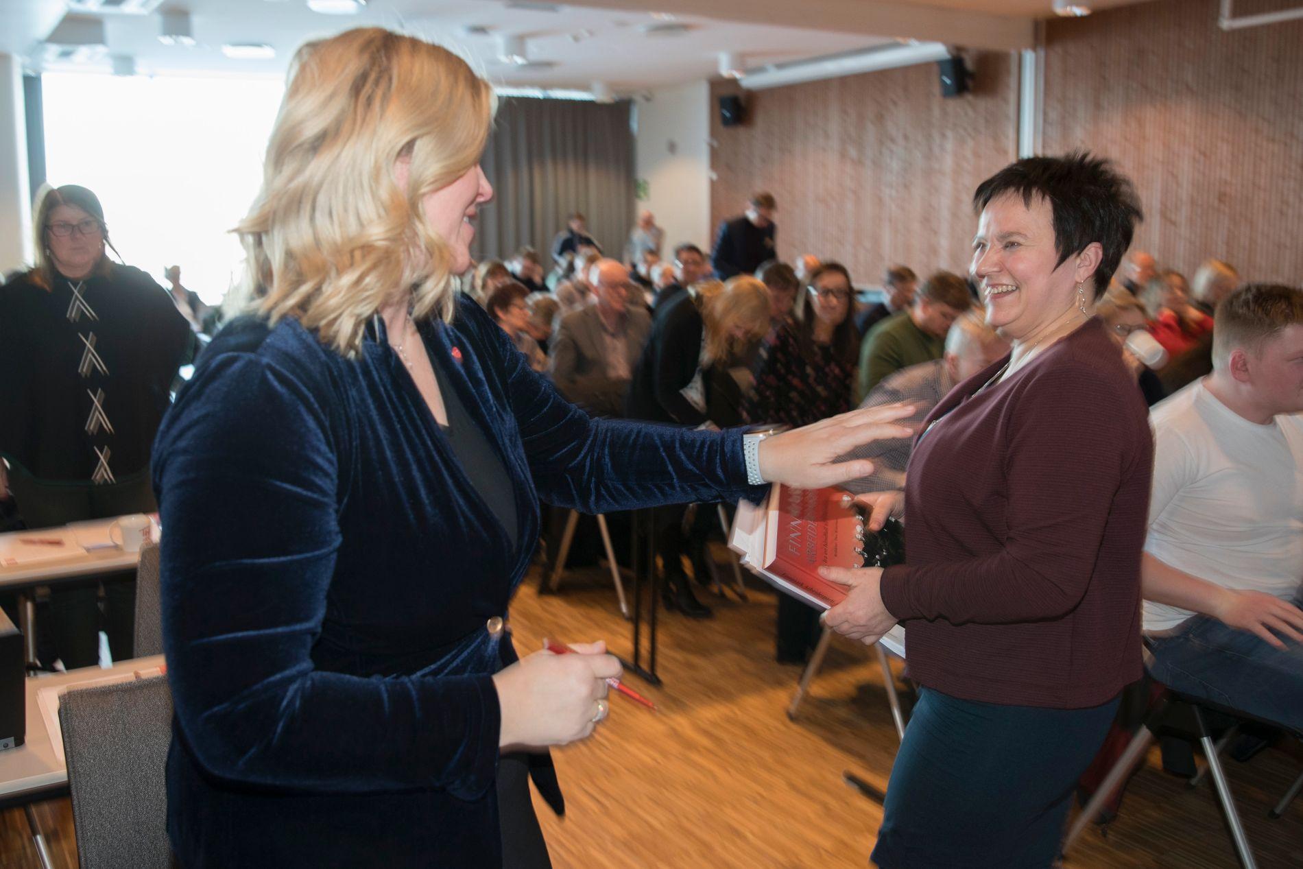 SIER NEI: Fylkesordfører Ragnhild Vassvik (Ap) og flertallet i fylkestinget i Finnmark, sa som ventet nei til avtalen om sammenslåing med Troms torsdag. Bildet er fra fylkesårsmøtet i Ap, der partisekretær Kjersti Stenseng ((til venstre) var gjest.