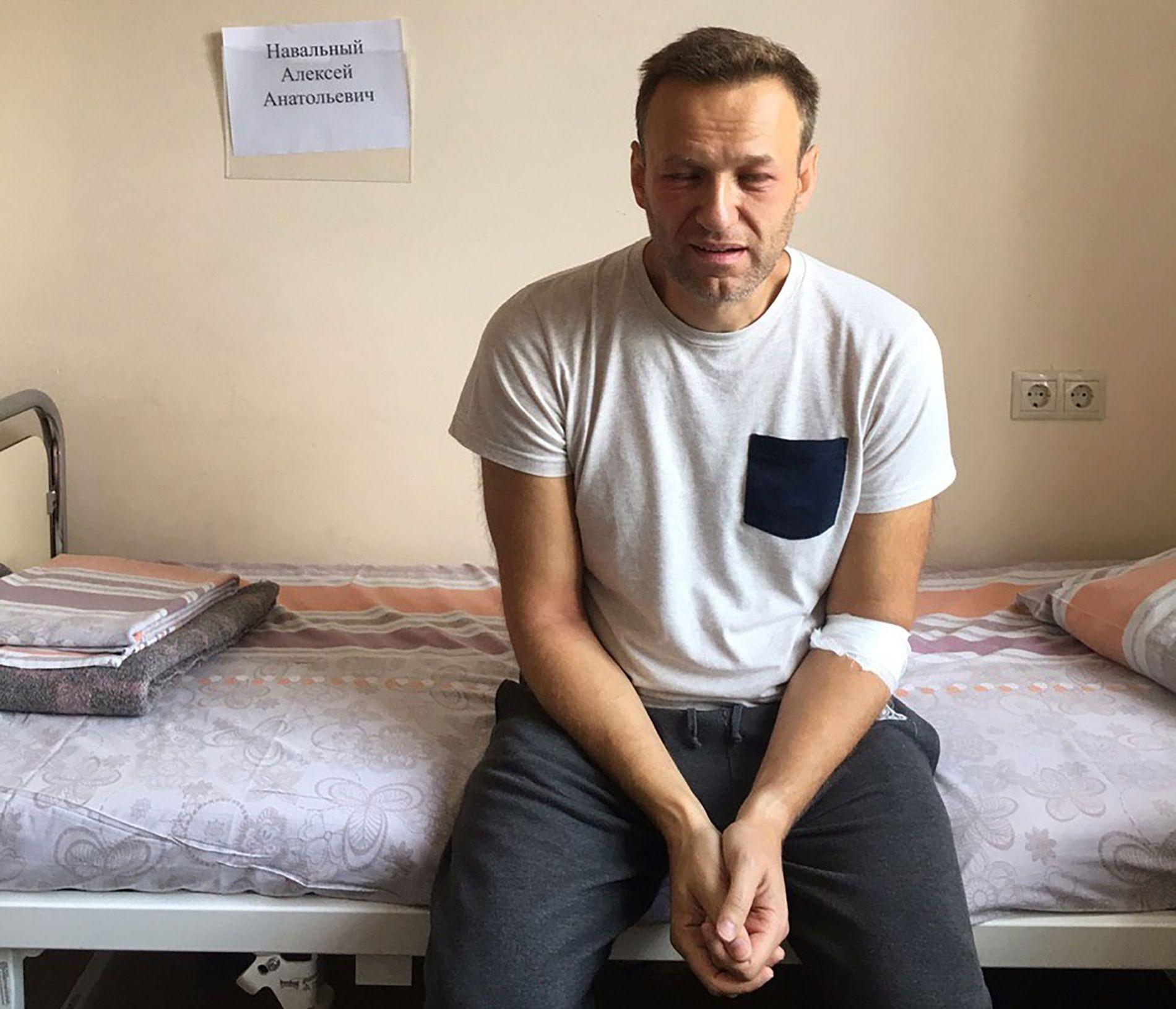 OPPOSISJONSLEDER: Aleksej Navalnyj fikk allergiske reaksjoner og frykter at han ble forgiftet i fengselscellen. Her er han fotografert da han ble undersøkt på sykehus. Han er nå tilbake i fengselet.
