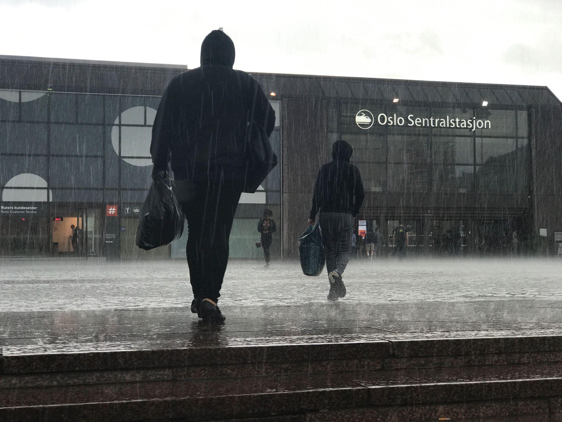 VÅTT: Det ble en våt morgen for mange pendlere på Østlandet mandag. Dette bildet er fra august.