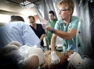 I ARBEID: Mads Gilbert i arbeid med en hardt skadet pasient på Shifa-Sykehuset i Gaza By i sommer.