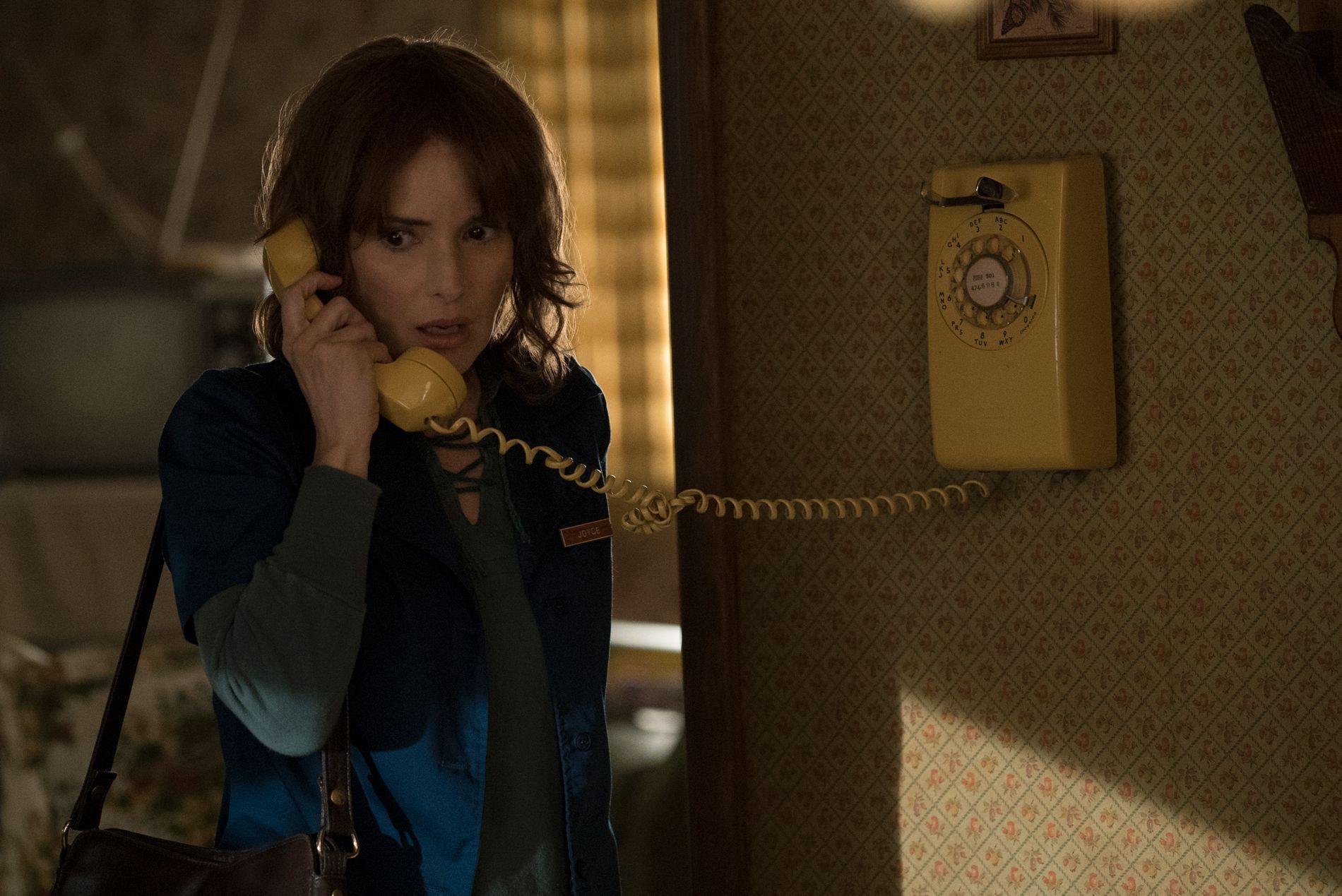 TILBAKE I STORFORM: Winona Ryder prøver desperat å spore opp sin savnede sønn i Netflix-perlen «Stranger Things».
